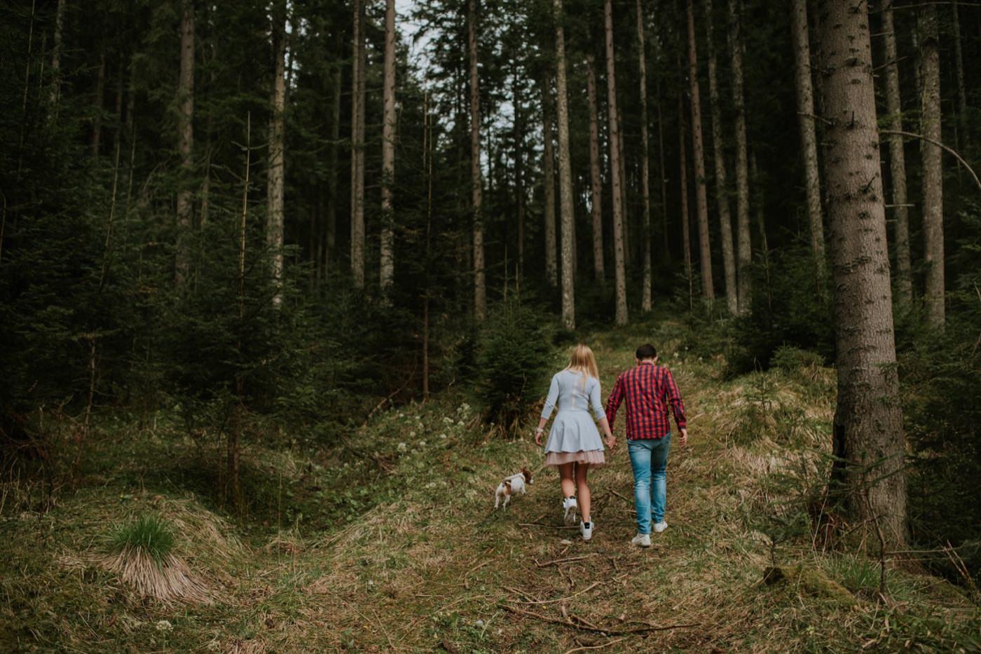 lesna sesja narzeczenska z psem, lesna sesja narzeczenska, sesja narzeczenska, sesja narzeczenska w gorach, sesja narzeczenska w tatrach, fotograf slubny, zdjecia slubne, plener slubny
