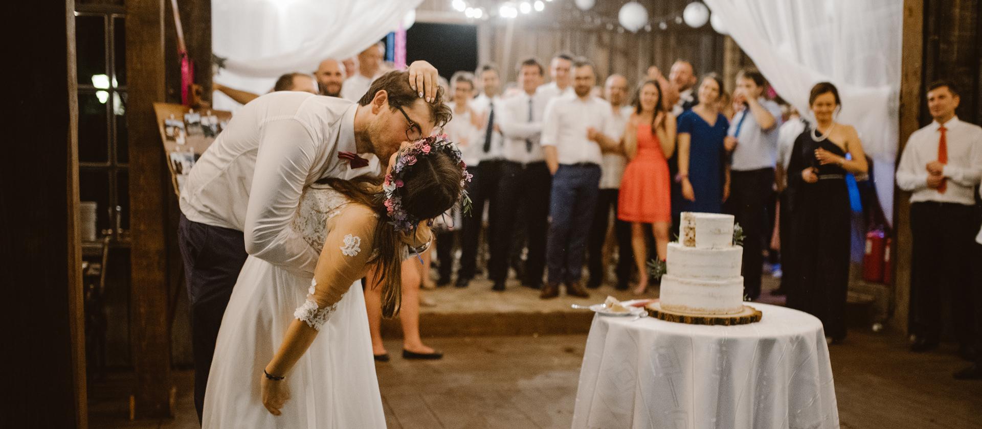 fotograf slubny krakow, zdjecia slubne krakow, wesele w stodole folwark wiazy